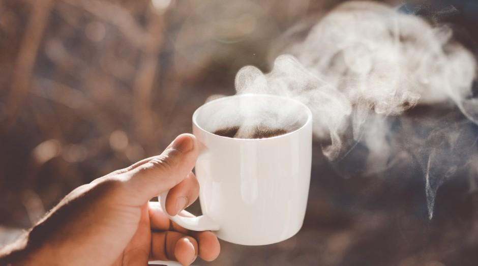 Com o consumo de café, houve diminuição de 20%%20a 40%%20no acúmulo de lipídios nas células adiposas (Foto: Clay Banks/Unsplash)