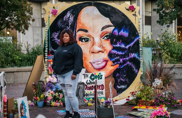 LOUISVILLE, KY - SEPTEMBER 21: Tamika Palmer, mother of Breonna Taylor, poses for a portrait in front of a mural of her daughter at Jefferson Square park on September 21, 2020 in Louisville, Kentucky. Demonstrators gathered to prepare for possible unrest  (Foto: Getty Images)
