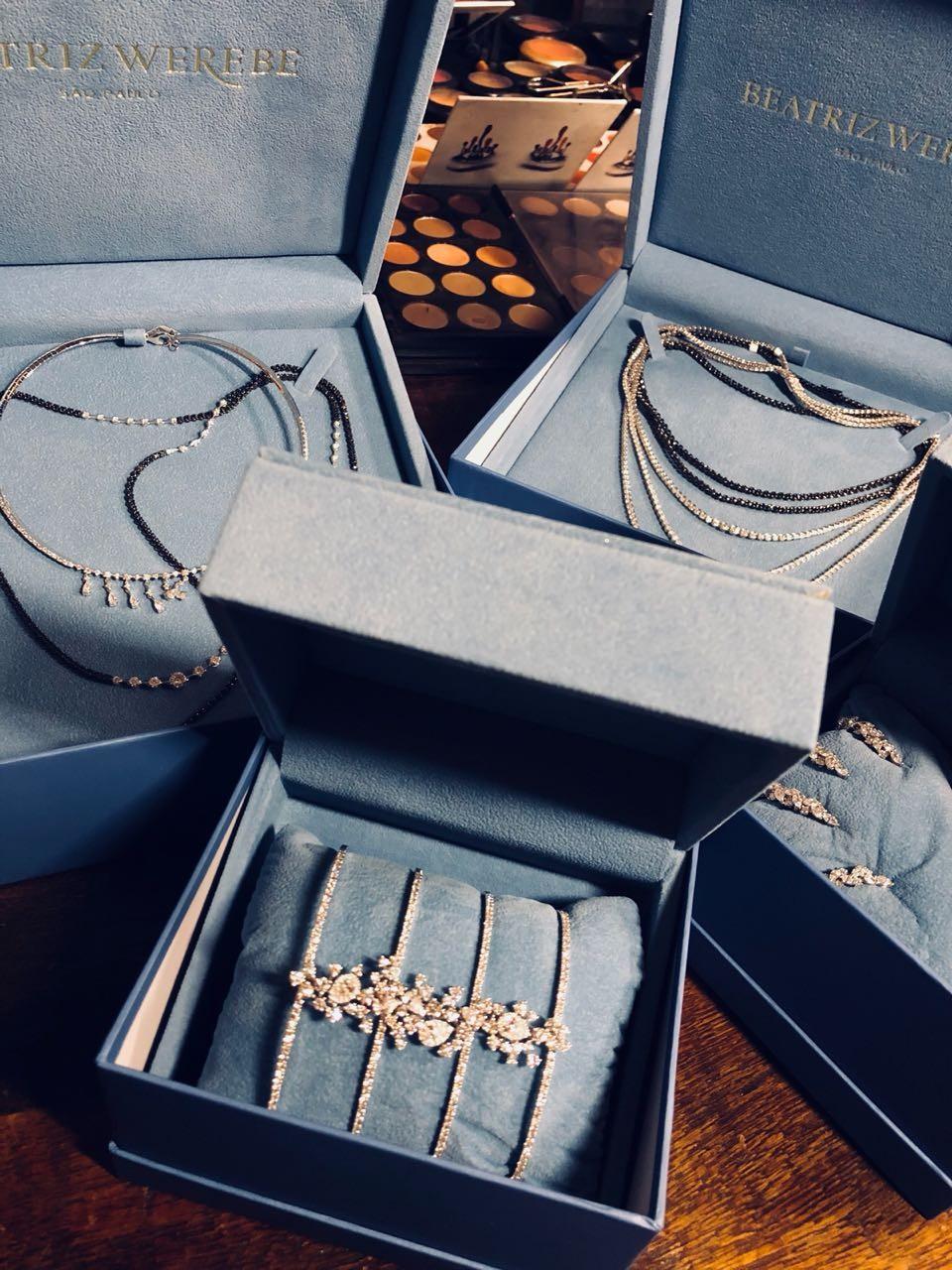 Detalhe das joias usadas por Sabrina Sato (Foto: Divulgação)