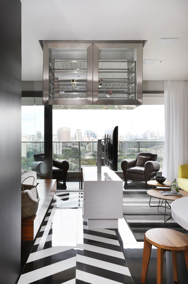 Apartamento de 46 m² com cozinha escondida e adega suspensa (Foto: Mariana Orsi)