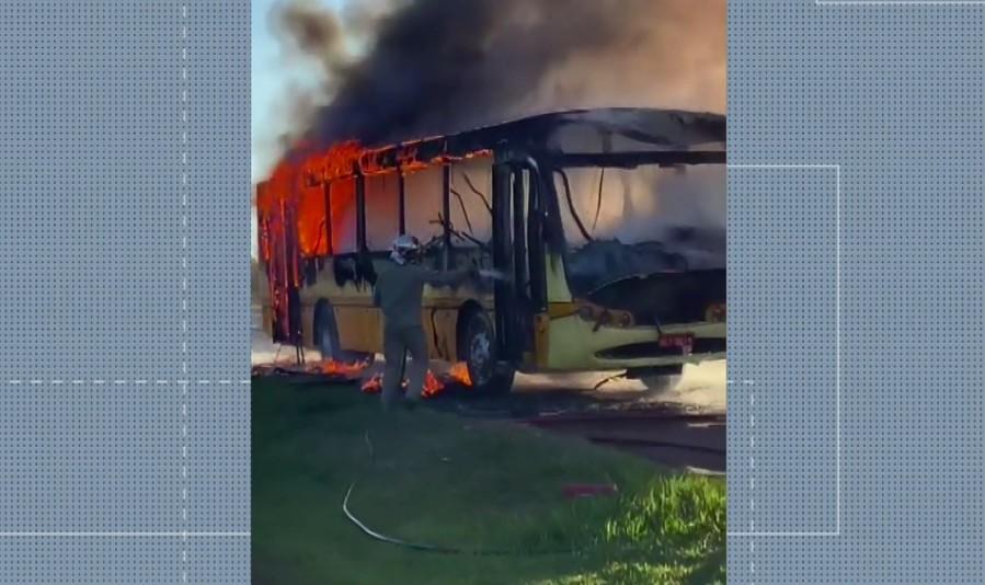 Ônibus com passageiros é alvo de assalto e pega fogo momentos depois, no interior do Paraná
