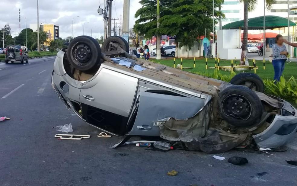 Homem morre após carro bater em poste e capotar em Lauro de Freitas, região metropolitana de Salvador — Foto: Cid Vaz
