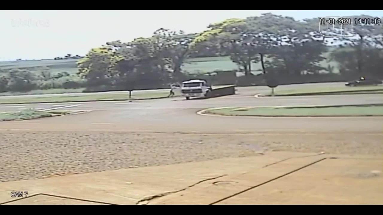 Porta abre com caminhão em movimento, e passageiro fica pendurado, na BR-277
