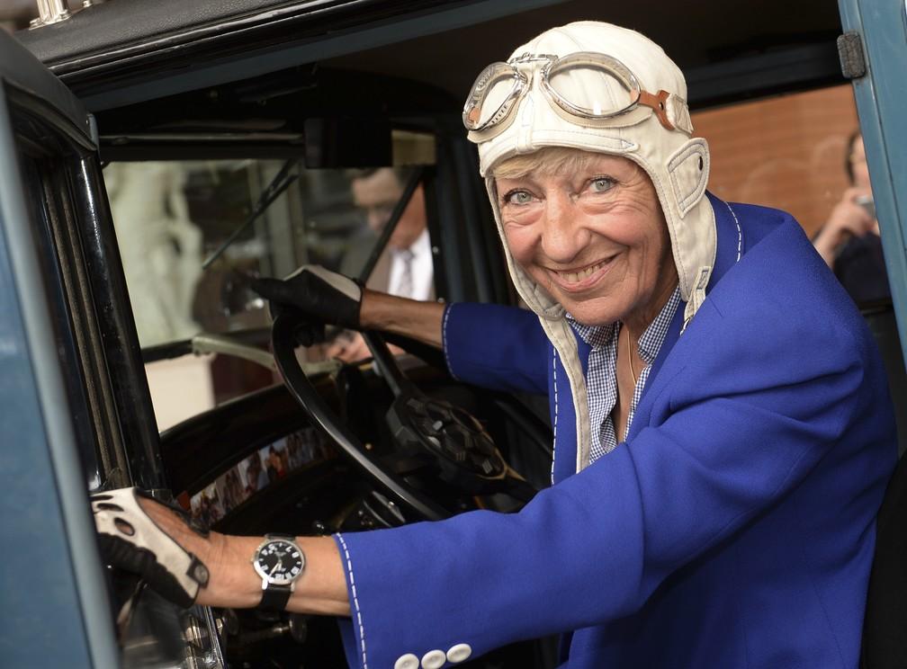 Heidi Hetzer, em foto  de 2014, era conhecida por dirigir ao redor do mundo com carro de 1930 — Foto: Britta Pedersen/AP