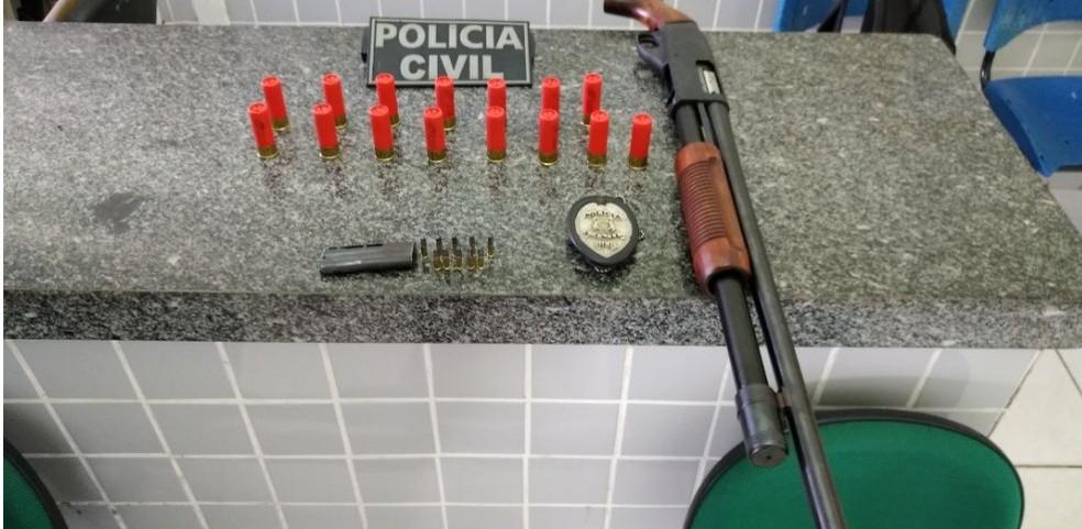 Arma de fogo de uso restrito com numeração raspada foi apreendida na casa do empresário, em Piracuruca - Piauí — Foto: Divulgação/ Polícia Civil