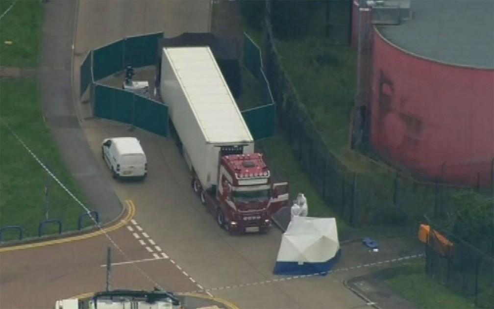 Caminhão com corpos foi encontrado no Reino Unido, nesta quarta-feira (23)  — Foto: A P