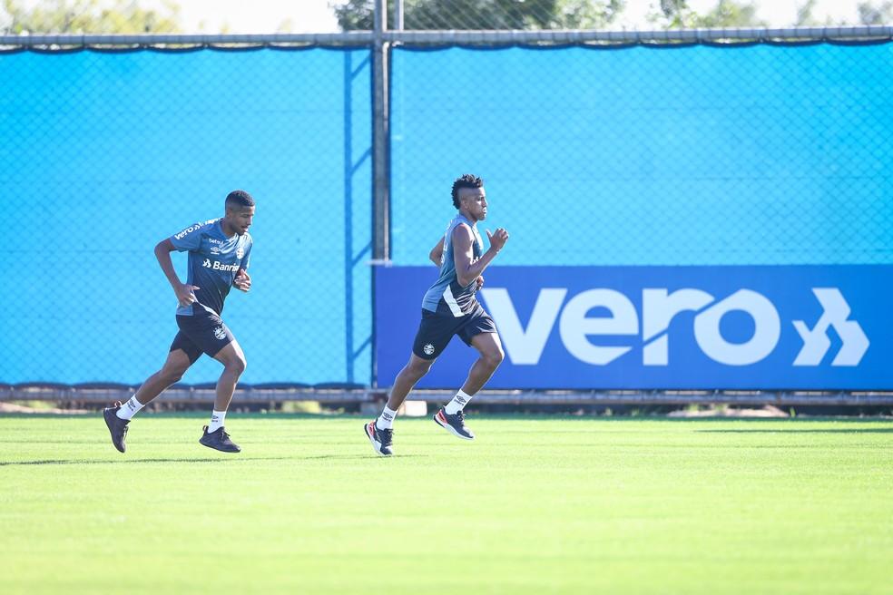 Guilherme Guedes e Bruno Cortez são as alternativas para a lateral esquerda — Foto: Lucas Uebel / Grêmio FBPA