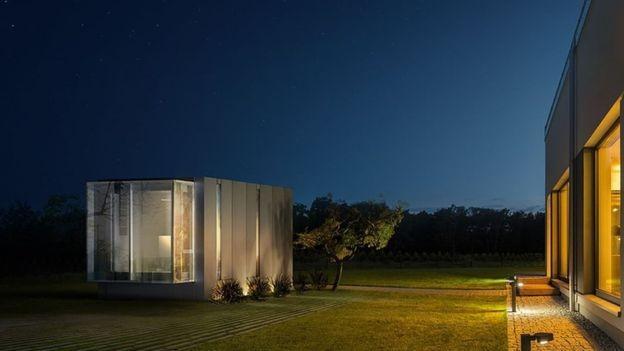 Alguns truques arquitetônicos ajudam a tornar as pequenas casas mais confortáveis, como pé-direito alto (Foto: Divulgação/BBC)