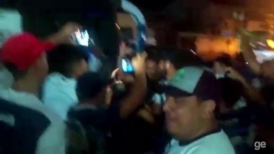 """""""O Leão voltou!"""": depois de 30h de estrada, torcida faz festa na chegada de atletas; veja o vídeo"""