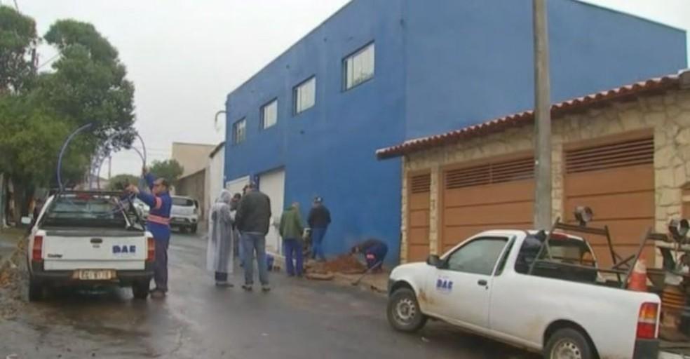 Fábrica que produzia gelo foi fechada em ação da Polícia Civil no bairro Vista Alegre em Bauru (Foto: Reprodução / TV TEM)