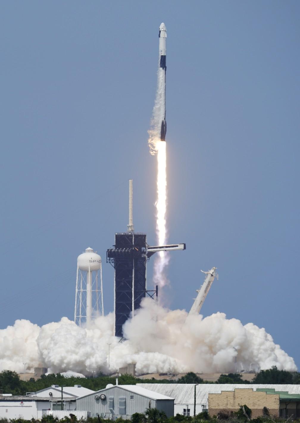Foguete da SpaceX decola da base do Cabo Canaveral, nos EUA — Foto: David J. Philip/AP Photo