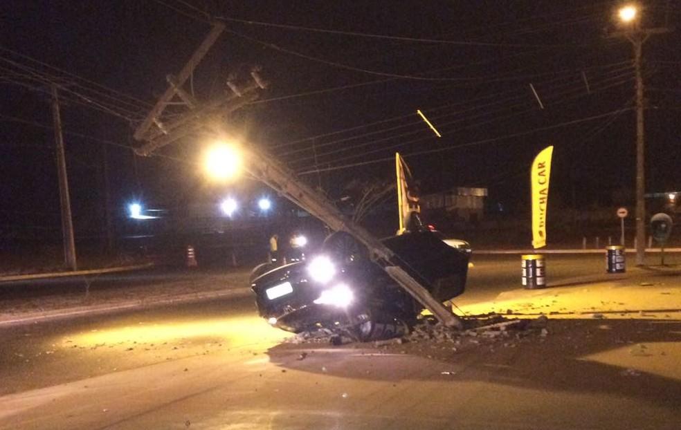 Carro bate em poste e deixa consumidores sem energia (Foto: Divulgação)