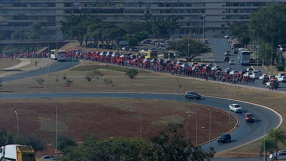 Manifestação fecha duas faixas do Eixo Monumental nesta quarta-feira (Foto: TV Globo/Reprodução)