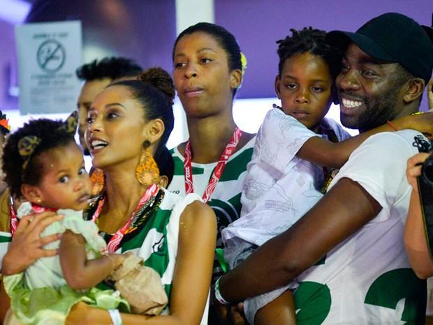 Taís Araújo e Lázaro Ramos com os filhos, Maria e João (Foto: André Muzell/ Ed. Globo)