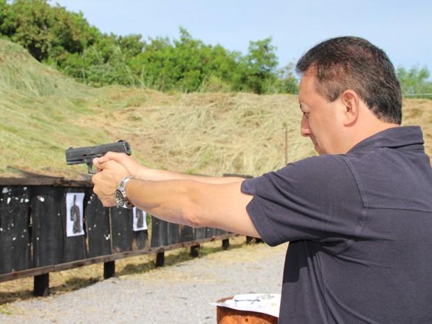 Presidente do tribunal, conselheiro Renato Rainha, com arma em punho (Foto: Tribunal de Contas do DF/Divulgação)