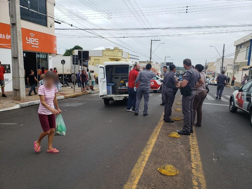 Para evitar ser atropelada, motociclista tentou desviar dos carros e caiu no chão em Tupã — Foto: Arquivo pessoal/João Trentini
