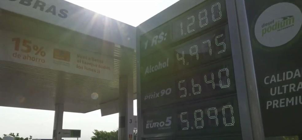 Posto de Cidade do Leste, no Paraguai, vende litro da gasolina a cerca de R$ 4,50 — Foto: Giovan Zanardi/RPC