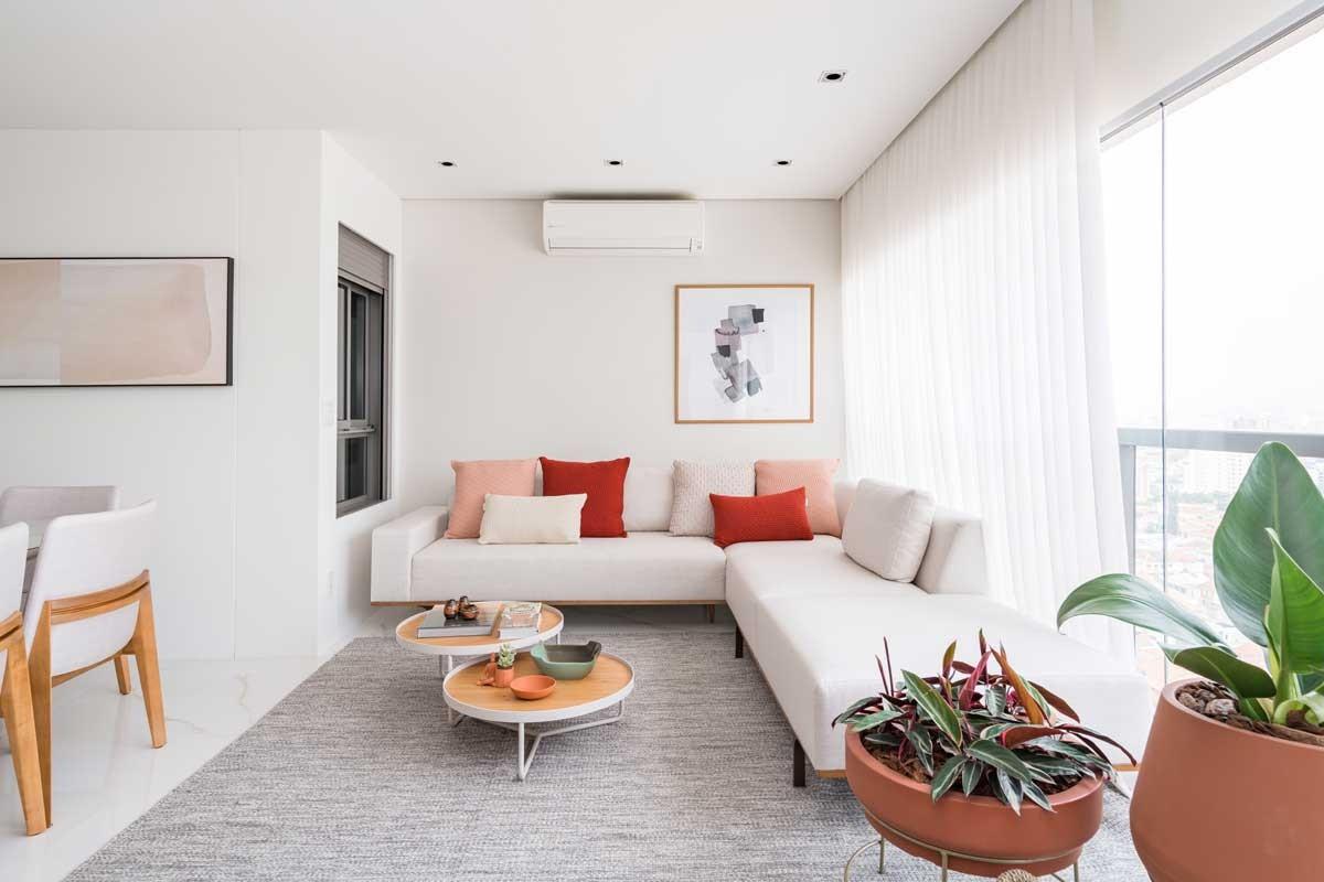 SALA DE ESTAR | A varanda foi integrado ao living com a eliminação das paredes e abriga a sala de estar. Mobiliário da Breton. Quadro da L'oeil. Cortinas da Persihome. Projeto do escritório FPBF Arquitetura & Design (Foto: Kadu Lopes / Divulgação)