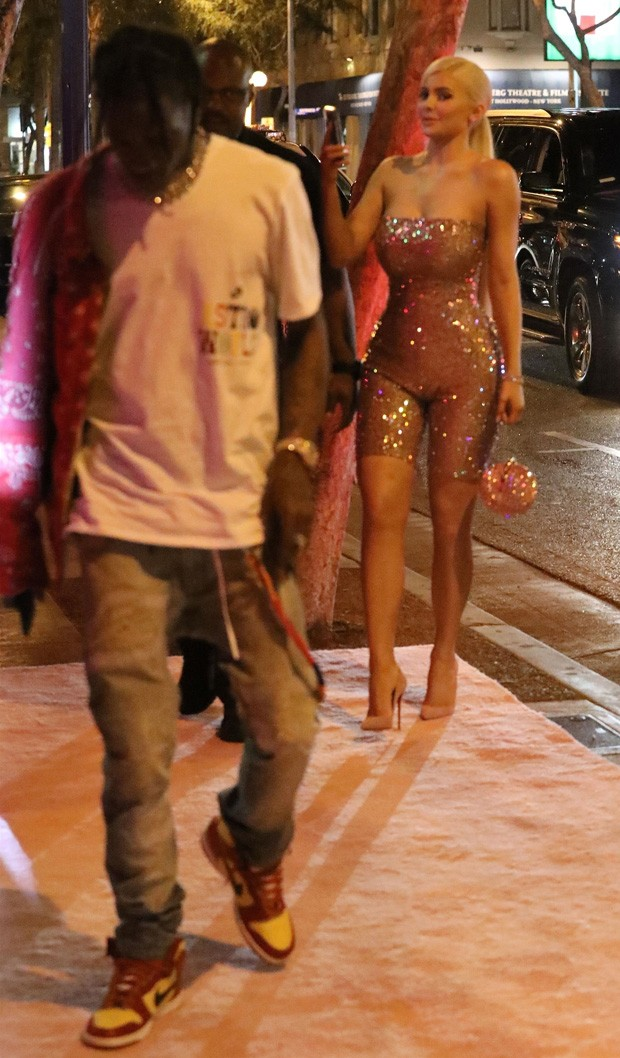Kylie Jenner e o namorado, Travis Scott (Foto: BackGrid)