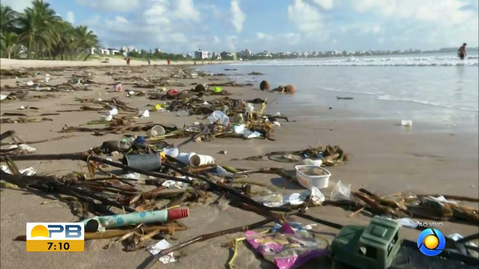 Grande quantidade de lixo 'invade' praia do Bessa, em João Pessoa, e moradores limpam local — Foto: Reprodução/TV Cabo Branco