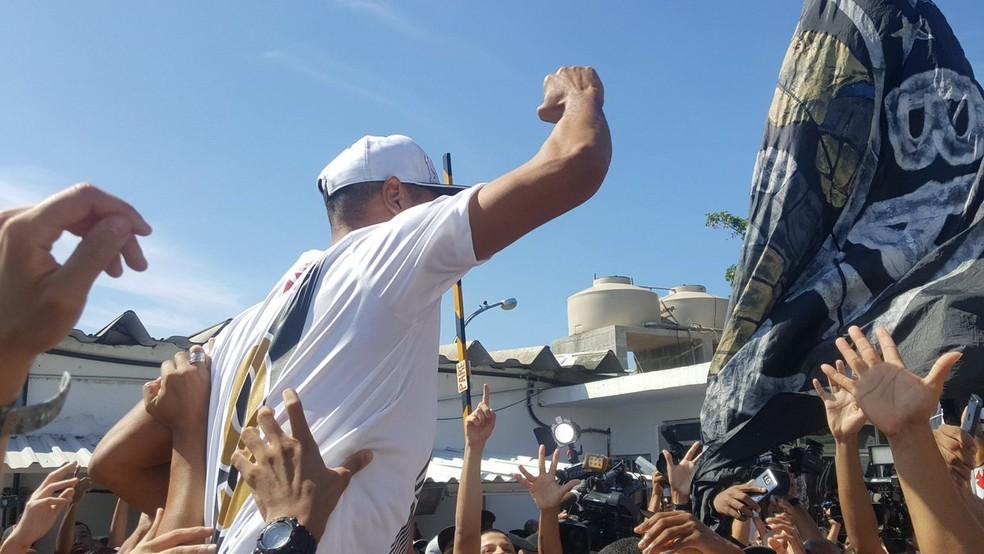 Torcedores do Vasco na chegada de Luis Fabiano (Foto: Felipe Schmidt)
