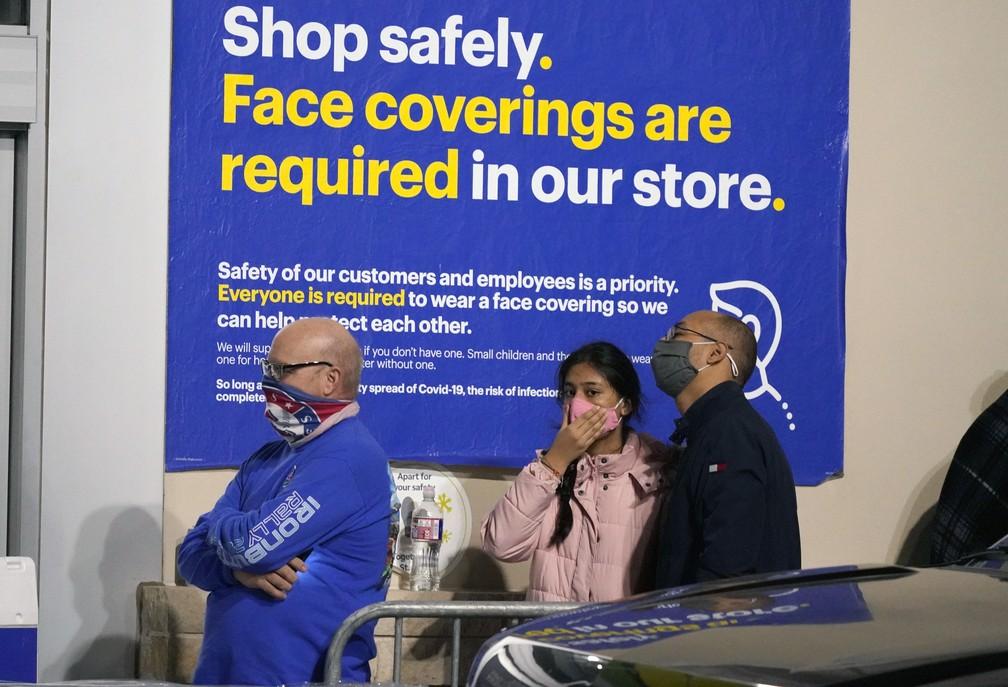 Black Friday: compradores aguardam abertura de loja em Frisco, Texas, nesta sexta-feira (27). Aviso pede que clientes usem máscaras durante todo o período de compras. — Foto: AP Photo/LM Otero