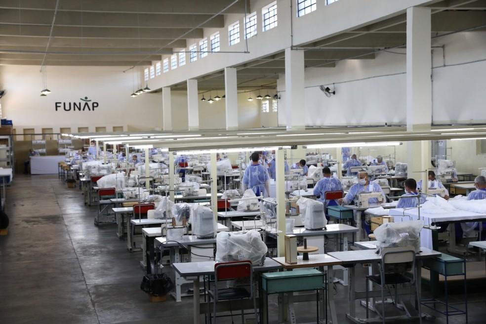 Presos iniciam produção de máscaras em Tremembé — Foto: Ana Paula Igual/Funap