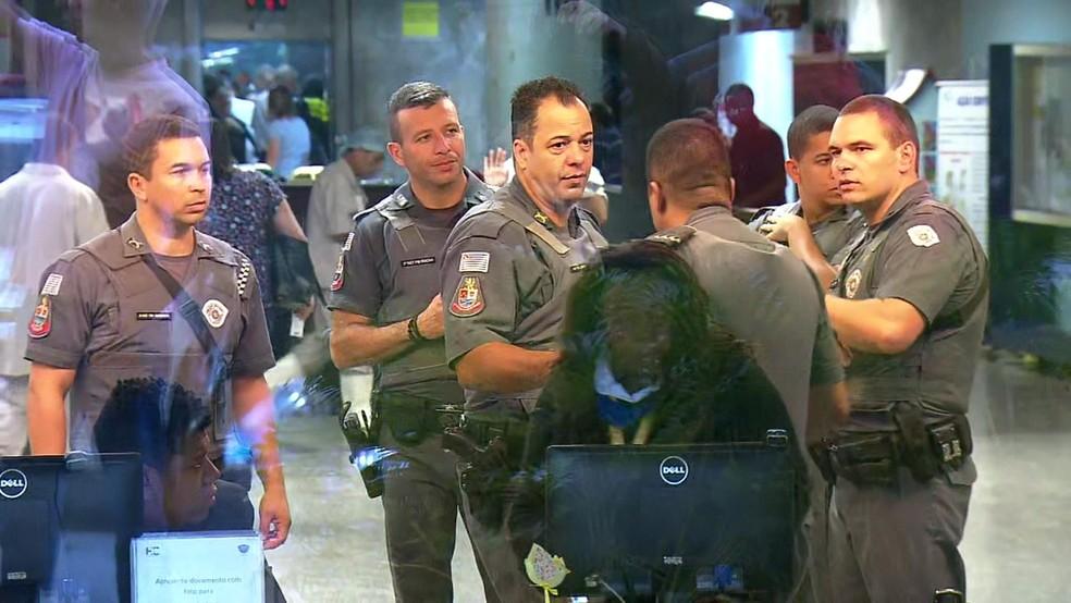 Policiais Militares no Hospital das Clínicas  (Foto: Reprodução/TV Globo)