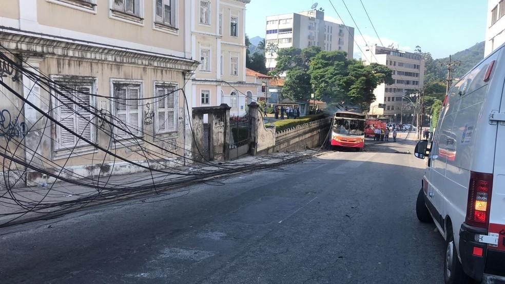Rua Monsenhor Bacelar foi interditada após ônibus bater em poste e pegar fogo  — Foto: Bruna Carvalho/ Inter TV