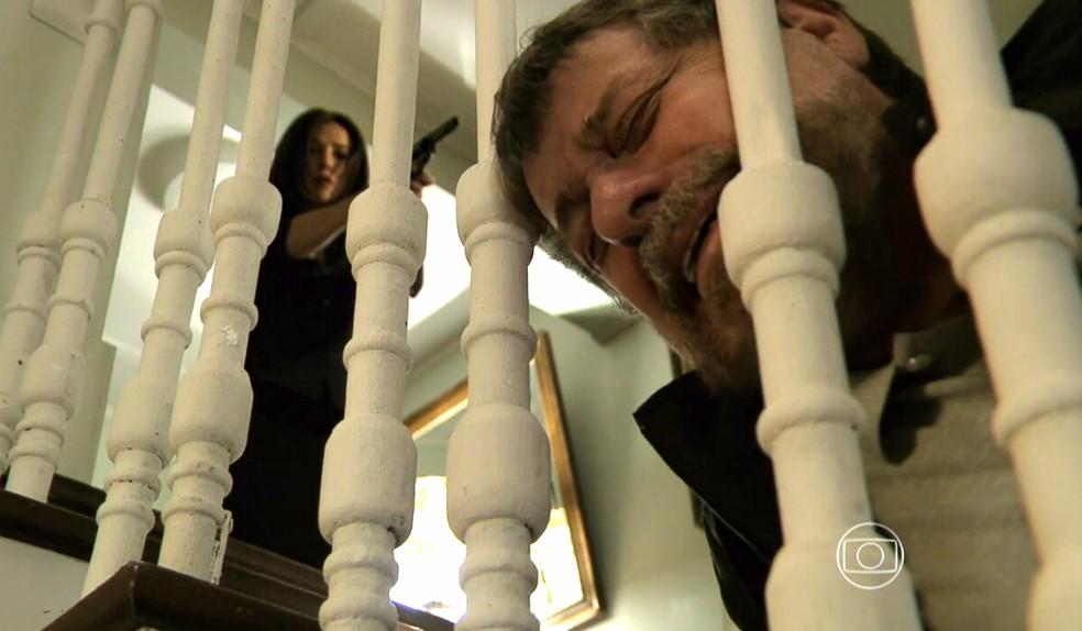 Cora (Marjorie Estiano) mata Reginaldo (Flávio Galvão) com um tiro - 'Império' — Foto: Globo
