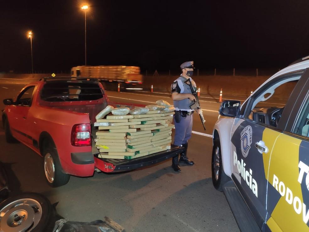 Abordagem foi feita na noite desta terça-feira (13) na SP-225 em Santa Cruz do Rio Pardo — Foto: Polícia Rodoviária/Divulgação