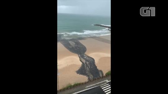 'Língua negra' preocupa moradores e banhistas na praia de Areia Preta em Natal; veja vídeo