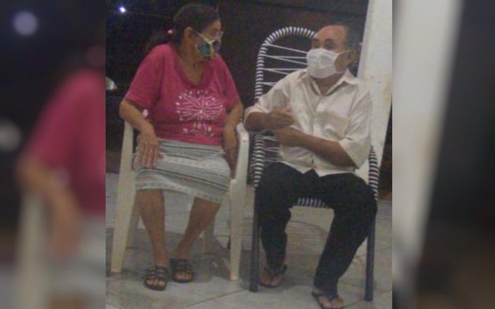 Luiz Moura e a esposa Maria José Santos, em casa, em Porangatu, Goiás — Foto: Pollyanna Carneiro/Arquivo pessoal