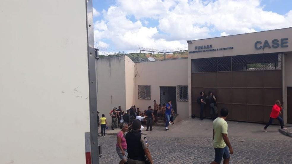 Funase registrou fuga de 14 adolescentes socioeducandos em Timbaúba, na Mata Norte de Pernambuco. Outros quatro menores ficaram feridos (Foto: Reprodução/WhatsApp)