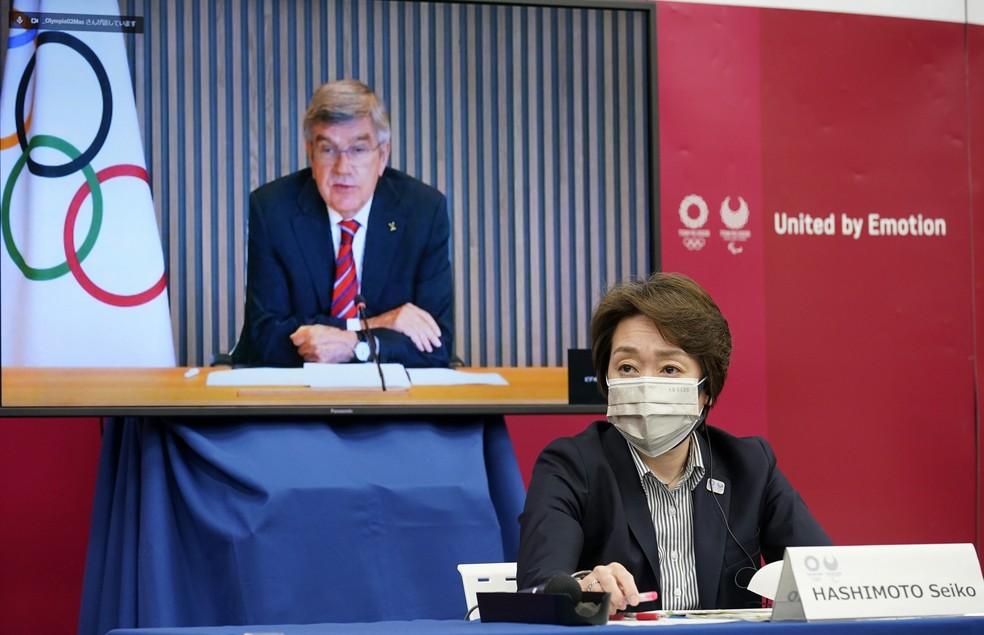 Thomas Bach e Seiko Hashimoto durante divulgação do novo livro de regras das Olimpíadas — Foto: Franck Robichon - Pool/Getty Images