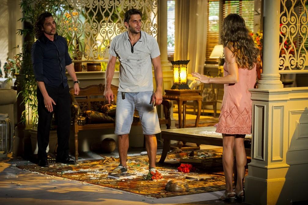 Alberto (Igor Rickli) e Ester (Grazi Massafera) descobrem que Cassiano (Henri Castelli) está vivo - 'Flor do Caribe' — Foto: Alex Carvalho/Globo