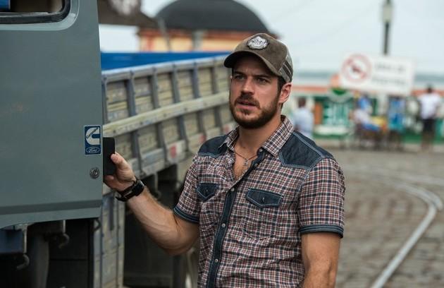 Marco Pigossi é o caminhoneiro Zeca. Ele desiste do casamento com Ritinha e se muda para Niterói, onde conhece Jeiza (Foto: TV Globo)