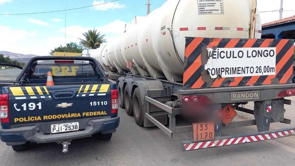 Caminhoneiro dirigindo embriagado é flagrado na Chapada Diamantina transportando produto inflamável — Foto: Divulgação/PRF