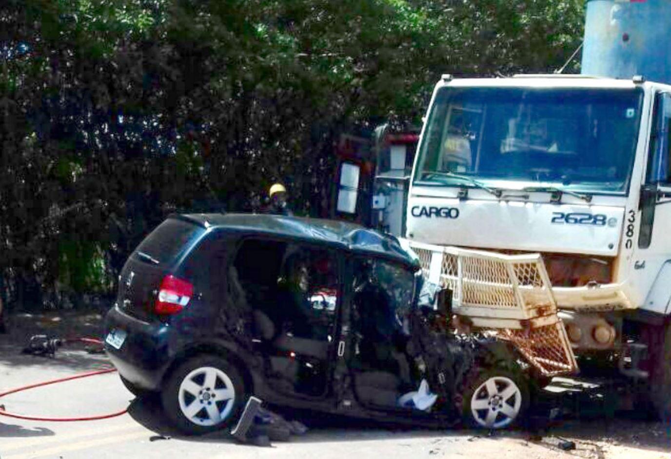 Acidente entre carro e caminhão mata casal e deixa crianças feridas em vicinal