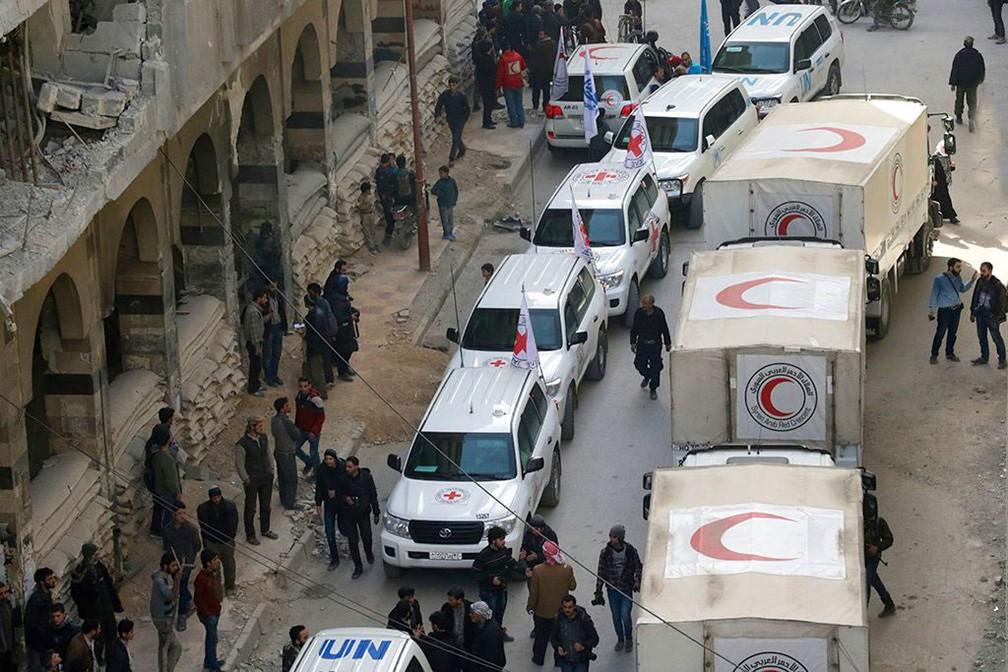 Comboio humanitário é visto em Duma, cidade na região síria de Guta Oriental (Foto: Media Luna Roja via AP)