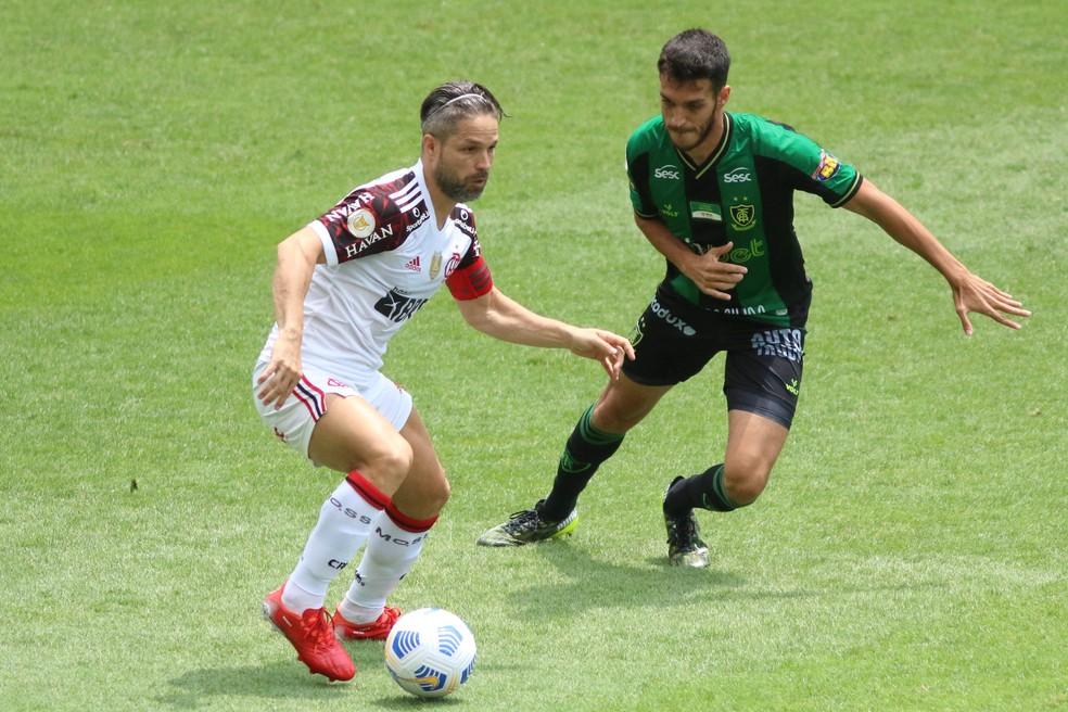 Diego em ação no empate entre América-MG e Flamengo — Foto: Fernando Moreno/AGIF