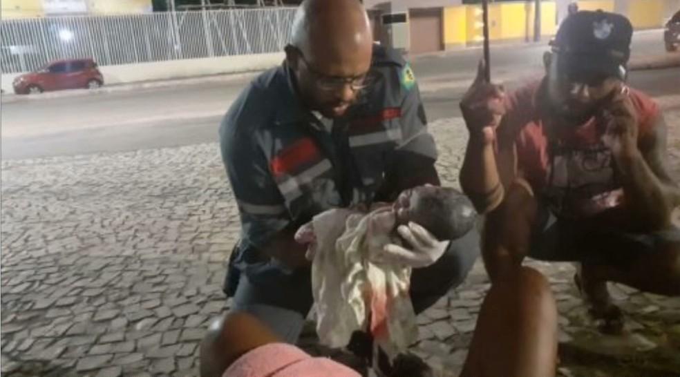 Mulher não identificada, deu luz à uma menina na calçada de shopping na Avenida São Luís Rei de França, em São Luís (MA). — Foto: Reprodução/TV Mirante