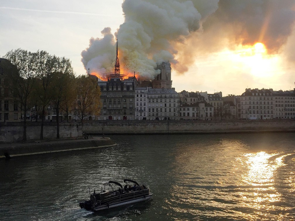 Incêndio atinge a Catedral de Notre-Dame, em Paris — Foto: Julie Carriat/Reuters