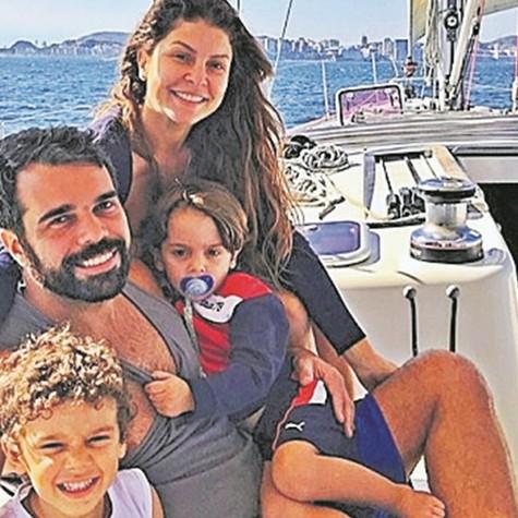 Bárbara Borges com o marido Pedro Delfino e os filhos, Martin Bem e Theo Bem  (Foto: Arquivo pessoal)