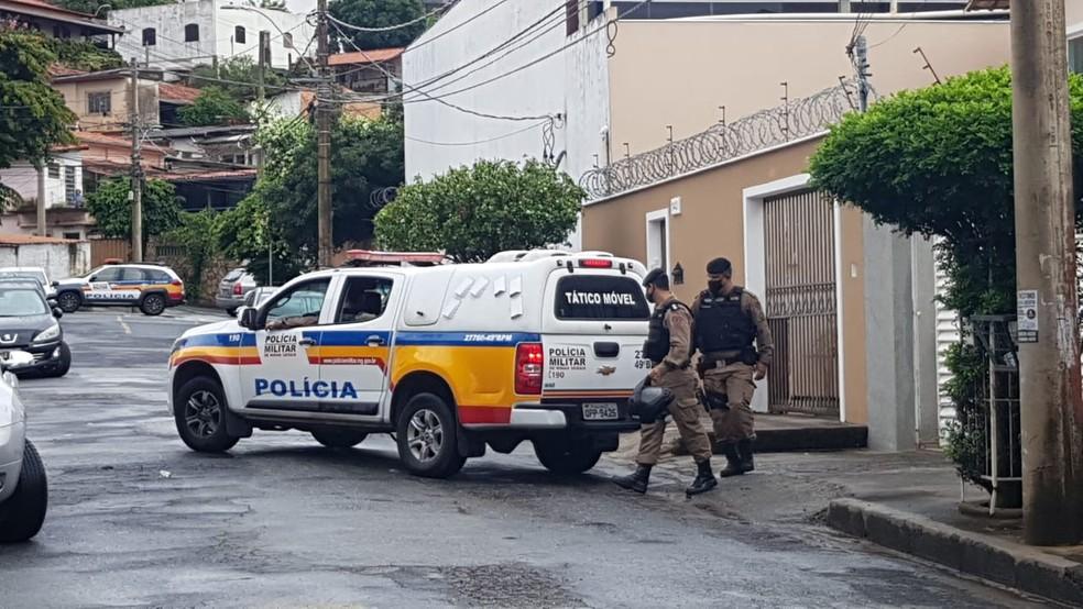 PMs prenderam mulher suspeita de encomendar assassinato de empresário por causa de dívida. — Foto: Esley Resende / TV Globo