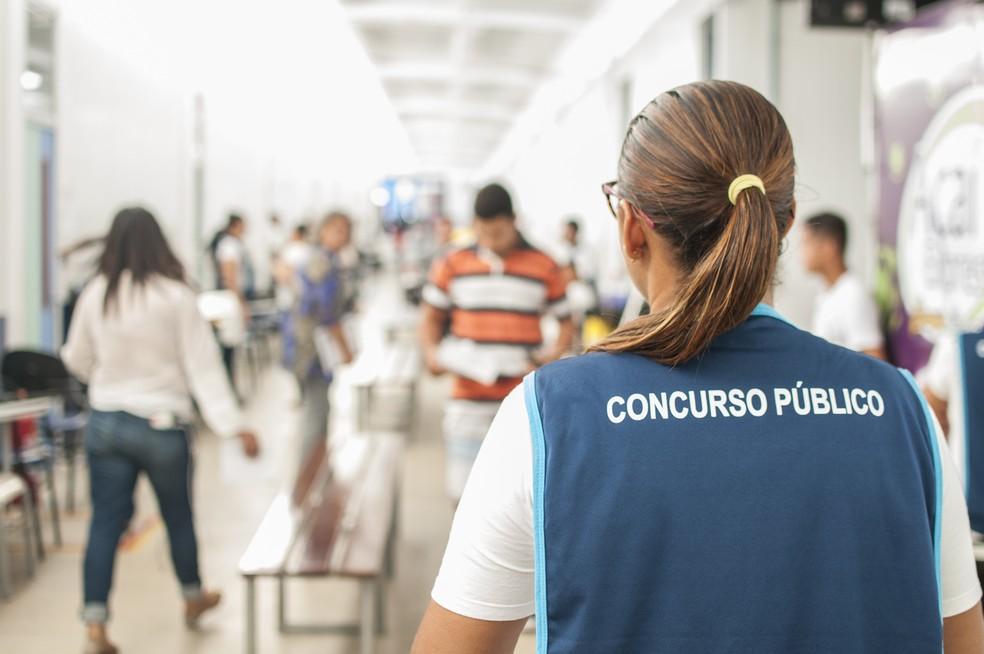 Suspeitos de fraudes no concurso par agente penitenciário foram conduzidos para a delegacia em Fortaleza neste domingo (1º) (Foto: Ariel Gomes/Divulgação Sejus)