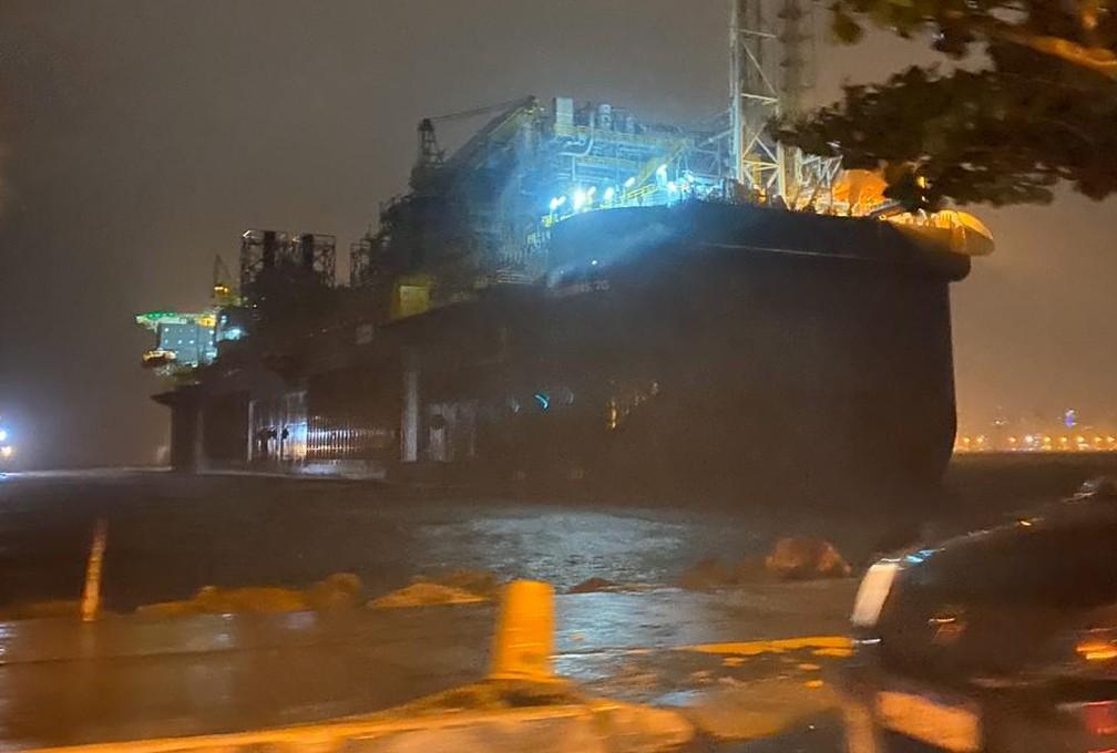 Navio-plataforma foi parar perto de Boa Viagem — Foto: Reprodução/Redes Sociais