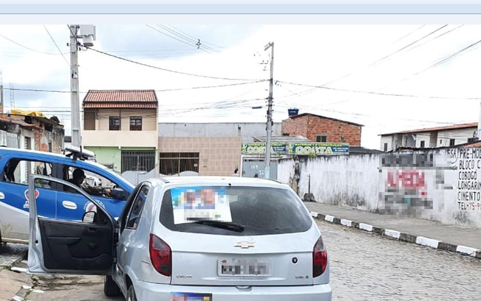Dois homens são mortos a tiros em Feira de Santana e são achados ao lado de carro pela polícia — Foto: Aldo Matos/Acorda Cidade