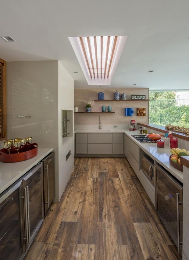 O formato de U torna a lida na cozinha mais prática e funcional com os equipamentos bem distribuídos ao longo do seu desenho. (Foto: Marcio Irala/Divulgação)