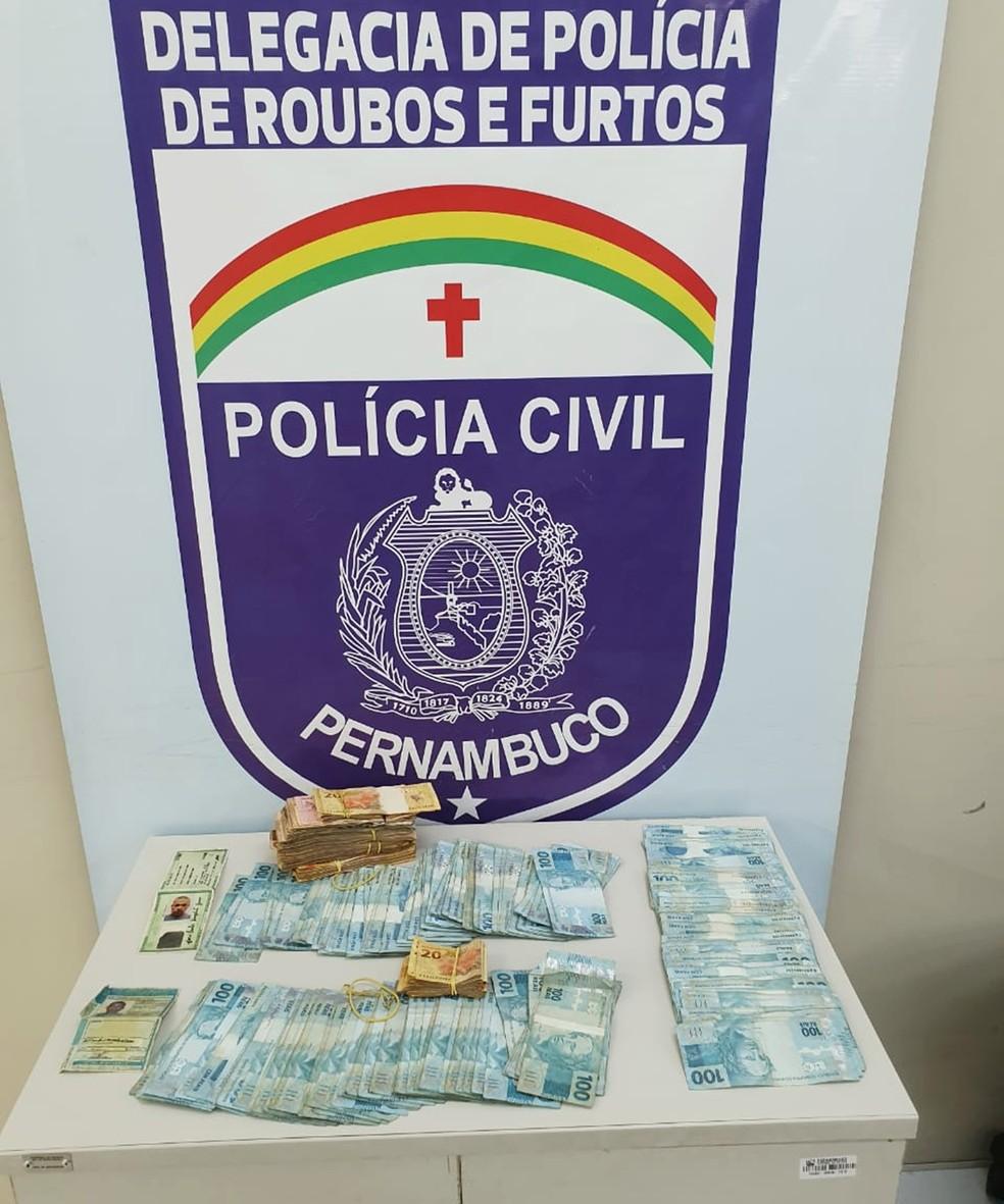 Com a dupla presa foram apreendidos mais de R$ 40 mil, incluindo algumas notas queimadas, provenientes do roubo ao carro-forte — Foto: Polícia Civil de Pernambuco